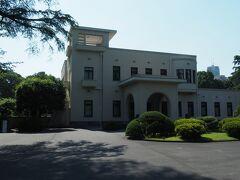 「旧朝香宮邸」 東京都庭園美術館の別名です。  この建物、元々は皇族朝香宮家の邸宅でした。  時は大正時代。 朝香宮夫妻は留学先のパリで 当時全盛期だったアール・デコに魅せられます。 帰国後、フランス人芸術家に依頼し その様式美を取り入れた自邸を造らせました。 竣工は1933(昭和8)年です。  「建物公開展」と銘打ったこの企画展。 鑑賞対象はこの朝香宮邸そのものなのです。  そこで、文中では「東京都庭園美術館」ではなく 「旧朝香宮邸」もしくは「朝香宮邸」と 呼ぶことにします。