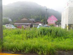 自然と調和(もしくは一体化)してる桃川駅のホーム。