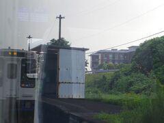 トタンで雨風しのぐ夫婦石駅でも対向列車とすれ違いました。