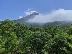 車窓の景色。羅臼岳は見えていますが、知床峠は霧の中かもしれません。