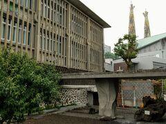記念碑の後ろは記念館。