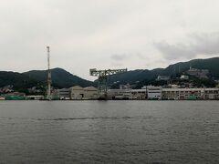 進行方向右手に、三菱長崎造船所。 ジャイアントカンチレバークレーンは1909年(明治42年)に竣工した 日本で初めて建設された電動クレーン、世界遺産。