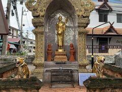 道なりに西に進むと右手に見えるお寺がワット プラーサート。仏像の手前の虎の迫力がすごい。