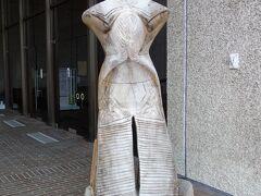 山形県立博物館玄関前にある「縄文の女神」