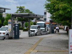 JR茅野駅東口から送迎バスに乗ります。 路線バスは西口なので間違えないようにしましょう。 東口にはタクシーのほか付近ホテルの送迎バスが並んでいます。