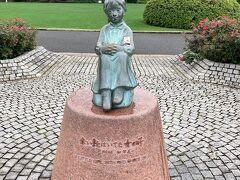 「赤い靴はいてた女の子像」。 像を寄贈したのは赤い靴を愛する市民の会(現・赤い靴記念文化事業団)だそうです。  野口雨情の『赤い靴』の女の子については、静岡県清水市有渡郡不二見村(現在の静岡市清水区宮加三)出身の岩崎かよの娘・佐野きみとされてきましたが、諸説あるそうです。 そういえば、去年函館に行ったときには函館でも銅像を見てきました。 (以下、函館市公式観光情報HPより) 「野口雨情作詞の童謡「赤い靴」のモデルとされる少女・きみちゃんの像が、函館港の見える場所にあります。 1903(明治36)年、きみちゃんは、お母さんのかよさんと一緒に静岡県から函館へと移り住み、その後、母親は後志管内留寿都村の農場に入植しましたが、病弱だったきみちゃんはアメリカ人宣教師に預けられ、函館が母子の別れの地になったといわれています。」だそうです。  真相は謎です(笑)。