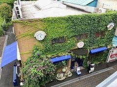 人気のセレクトショップ「BLUE BLUE YOKOHAMA」も、山下臨港線プロムナードから見るとこんな感じ。
