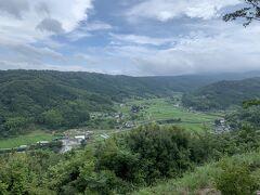 韮山反射炉を見学して、修善寺のやまびこというお蕎麦屋さんにお昼ごはんを食べに寄りました。  やまびこからの眺め 修善寺温泉の先の田んぼが見渡せます。