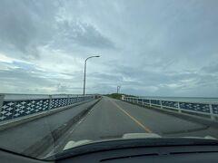 サトウキビの中、 北に向かって走る事約1時間 池間島へ続く『池間大橋』1425メートル