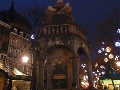 マルシェ広場のクリスマスマーケット  ペロンの噴水は薄暗い