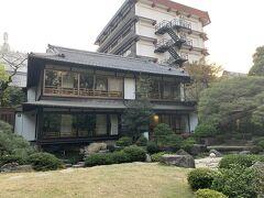 防府天満宮からまた少し移動をして、本日の宿泊先である湯田温泉の松田屋ホテルへ来ました。  旅行予約サイトで朝夕付き52,090円でした。