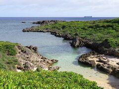 水辺に降りてみたいけど、溶岩みたいなゴツゴツの岩で 100円ショップのビーサンではムリ~