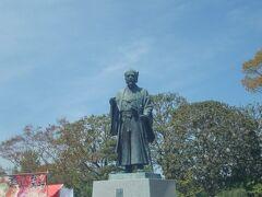 千波湖西側に、徳川光圀公像がありました。 この日は出店が並んでおり、人でにぎわっていました。