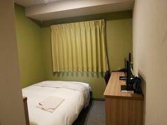 部屋は826号室。 シングルルーム。 かなり狭い。 寝るだけだから別にいいんだけどね。 部屋に入ると…エアコンが入っていないのでムッとする蒸し暑さ。 すぐにクーラーのスイッチオン。