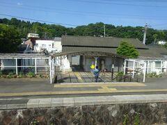 上りホーム側に駅舎がある。