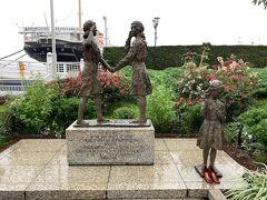 「日米友好ガールスカウトの像」。 アメリカガールスカウト50周年とガールスカウト日本連盟の世界連盟加入を記念したものだそうで、日米ガールスカウトの募金により1962(昭和37年)3月18日に建てられました。