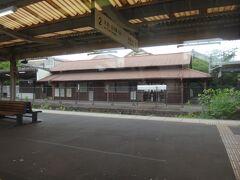 これも行く時に気になった亀崎の木造駅舎。 なかなかの佇まい。Wikipediaで調べたら開業当初(1886年)からの建物で日本最古の現役駅舎だそうだ。初耳だ。(Wiki情報は私と同じでたまに間違ってる 笑)