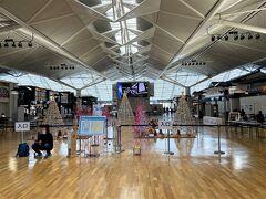 <ターミナル1:イベントプラザ>  まずはターミナル1の4階へ。 ここはイベントプラザ。 航空ファンミーティングが開催されます。  一番乗りで待っている人、早い!!
