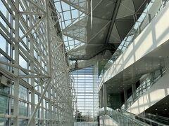 <ターミナル1>  ここは4階建の建物の1階。 吹き抜けで明るく開放感があります!