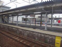 最初の停車駅、桑名に停まる。
