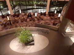 「szechwan restaurant 陳」から出て 吹き抜けを上から ロビー階のラウンジです。