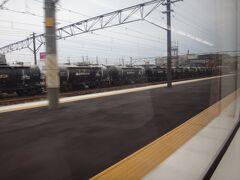 側線に貨車が並ぶ富田を通過。