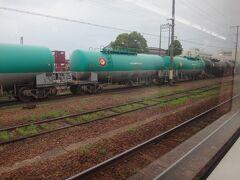 おなじみ緑のタキが見えて来ると四日市。   ※タキ=タンクを搭載する貨車。ガソリンや化学物質を運ぶ。
