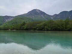 池のほとりに降りて焼岳を眺めました。曇りなので池の水の色も含めていまいちでした。