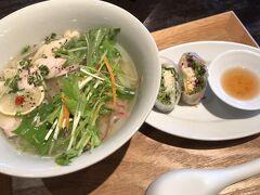 私のオーダーした「鶏のフォーと生春巻き」美味しい!ライムは後で味の変化を楽しむために入れたほうが好きだけど、もう入ってるし。生春巻きも美味。ベトナムでは、毎朝フォーを食べました。ホテルによって多少味が違うのも、また美味しかったです。懐かしい、行きたいなあ。