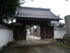 駅前のホテルから松江城まではちょっと距離があるので今日は松江の南側をお散歩。 このあたり一帯はやたらお寺が多いなぁ…と思って住所表示を見ると「寺町」。 なるほど。 お寺の集まっている地域なのね。