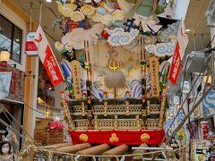 見送りは、風雷あかちょこべ之縁起 こちらも笑顔になる風神雷神。 櫛田神社の破風に掲げられているのが風神雷神。