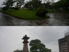 橋を渡って白潟公園へ。 この雨のせいもあると思うけど本当に誰もいない…。 下は公園内の青柳楼の大燈籠。