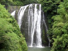 しばらく歩くと滝見台に到着します。どれほどの滝かと思っていたのですが、想像以上に大きい滝で驚きました。 水量はさほどでは無いですが、高さも幅もあって、立派です。