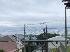 船魂神社にきました 眺めいいです  北海道には梅雨が無いことになってますが本州に近い函館は梅雨前線の影響を受けるそうです