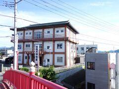 桂城公園から赤い橋を渡ると秋田犬会館