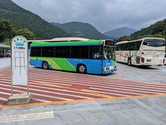 14時、かずら橋夢舞台という施設のバス停から路線バスでホテル祖谷温泉に向かいます。