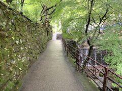 とても落ち着く小路ね。。 川のせせらぎが心地良いわ(*^^*)