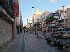 国際通り  19時頃です。空いてるお店はごくわずか。