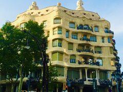 『カサ・ミラ』 アントニ・ガウディ建築のひとつ テーマは地中海で、カサ・バトリョと同じ通りにあります。 今でも実際にアパートとして使用しています。