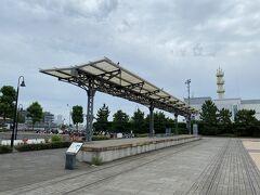 赤レンガ倉庫近くまで来ました。 こちらは旧横浜港駅のプラットフォーム。 生糸輸出全盛時代に新港埠頭と横浜駅(現在の桜木町駅)を結ぶ横浜臨海線として明治43年に開通。