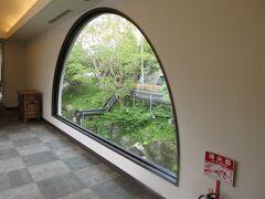 仙石原プリンスホテルの建物は歴史を感じさせます。 半円形の窓は珍しい。私は好みです。