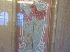 ロイヤルウイングのエレベーター。閉まると左右の模様が合わさるところに美しさあります。 この模様を見るとロイヤルウイングに来たと実感できます。 かれこれ17、8年前から薔薇咲く季節に来られる年にはここに泊まって薔薇を見に来ています。