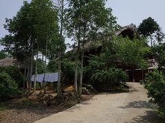街の中心から1kmほどの所にある宿。 高床式の伝統式家屋です。新築なので、清潔なバンガローという感じ。 ナーホイ(那匯)という村です。