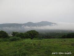 【6月29日(火)3日目】 前日の夕食時、どしゃ降りの雨が降っていたので、雲海は見られないだろうとのんびりしていたら、雲がどんどん南側から流れてきて、