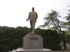 広島県出身で首相を務めた池田勇人氏の像がありました。当選一期目で大蔵大臣を務め後に首相となって東京オリンピックの開幕を迎えましたが癌により退陣、ほどなくして亡くなりました。 初当選から亡くなるまですべてトップ当選と広島での人気はかなりのものだったようです。