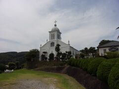 大江教会に到着です。 周りには地元の信仰されているお墓があり墓石の上には十字架がしっかりと掲げられていました。