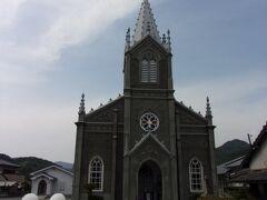 そんな小さな漁村にポツリと建つ教会がこちら、崎津教会です。 1934(昭和9)年に長崎県の建築家・鉄川与助氏によってゴシック建築で設計されて、フランス人宣教師ハルブ神父により再建されたようです。  江戸時代に禁教令が施行されて、隠れキリシタンとして信仰が守られたのもこのエリア。