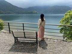 また移動して、イタリア大使館を観に中禅寺湖にきた。  昼下がりの光が差した中禅寺湖が、本当に本当に美しすぎて、ずっとここにいたくなる。  あんまりきれいで他にもベンチでただ眺めている夫婦が何組かいた。