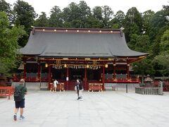 「左右宮拝殿」です  朱漆塗銅板葺き入母屋造りの華やかな拝殿です。