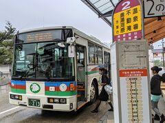 奥湯河原行きのバスに乗り換えます。この路線は、伊豆箱根バスと箱根登山鉄道の共同運行。両社のバスが交互に走っています。